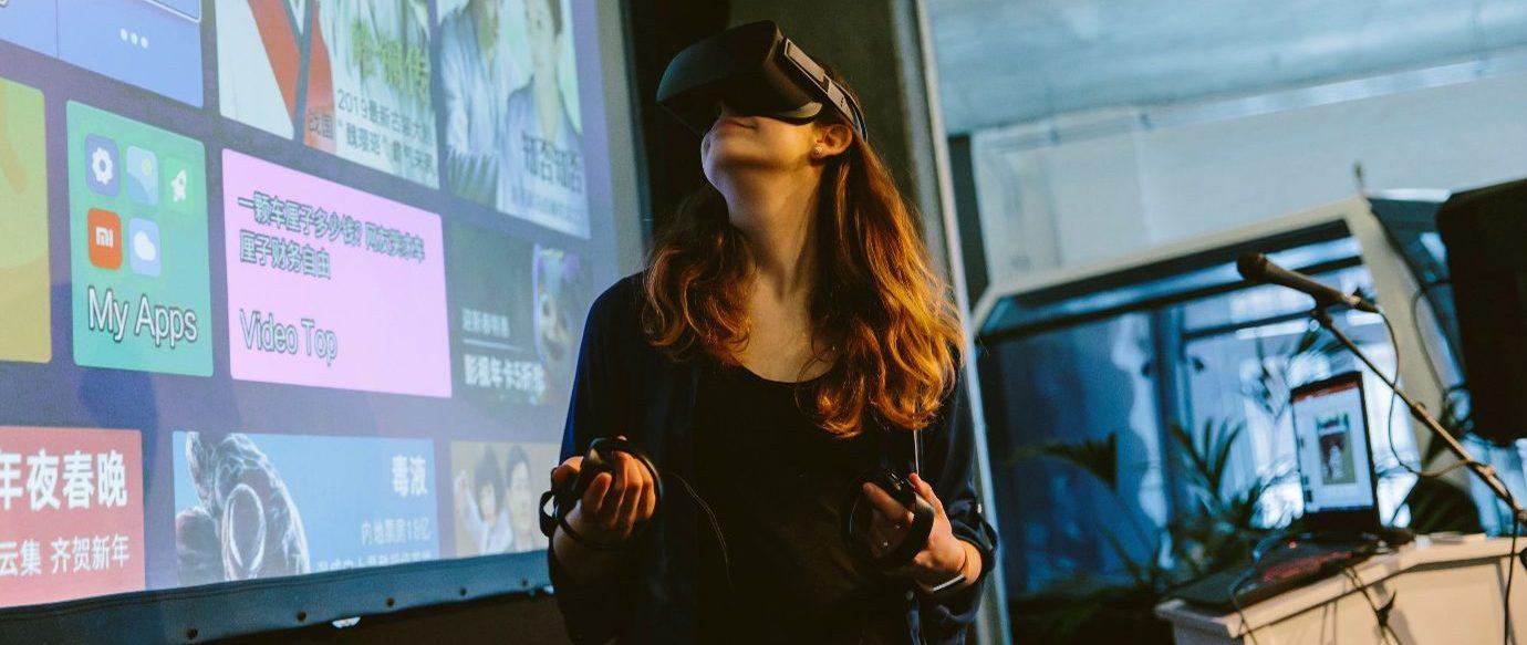 Eine Studentin vom Bauer Xcel Media-Team richtet den VR-Prototypen beim Wrap-up-Event für die Demo ein.