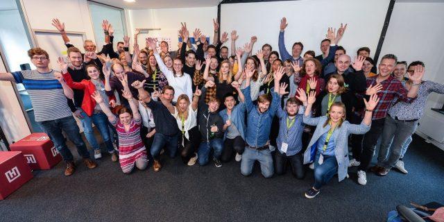 """Pure Euphorie trotz 48-Stunden-Ideen-Marathon: Die Teams und Jurymitglieder des Hackathon """"NEWS_FIND_ME"""". Foto: Benjamin Hüllenkremer"""