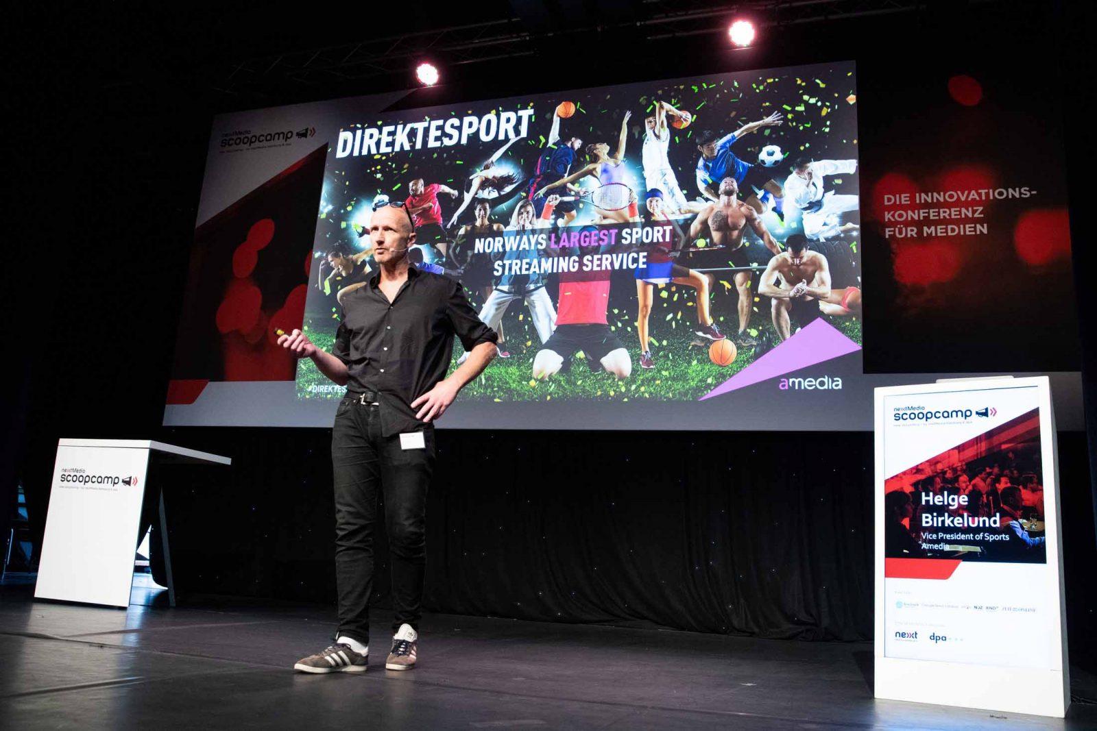 """Helge Birkelund, Vice President of Sports, Amedia, spricht auf der Innovationskonferenz für Medien """"Scoopcamp"""" am 25.09.2019 im Kehrwieder Theater in Hamburg."""