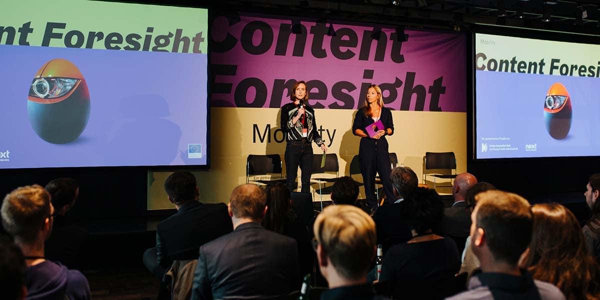Auch Nina Klaß (links) und Jenny Kornmacher (rechts) richteten vorweg ein paar Worte an die Gäste.