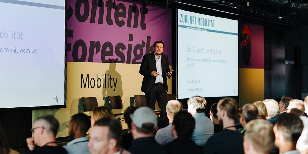 Martin Randelhoff, Herausgeber und Gründer von Zukunft Mobilität, bei seinem Impulsvortrag.