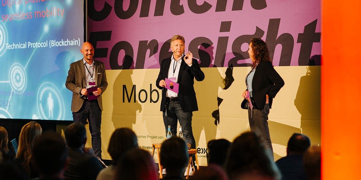 Von rechts nach links: Hendrik Menz (pilot), Nils-Joachim Bauer und Marie Ohnsorge (beide MaibornWolff). Fotocredit: Laura Müller.