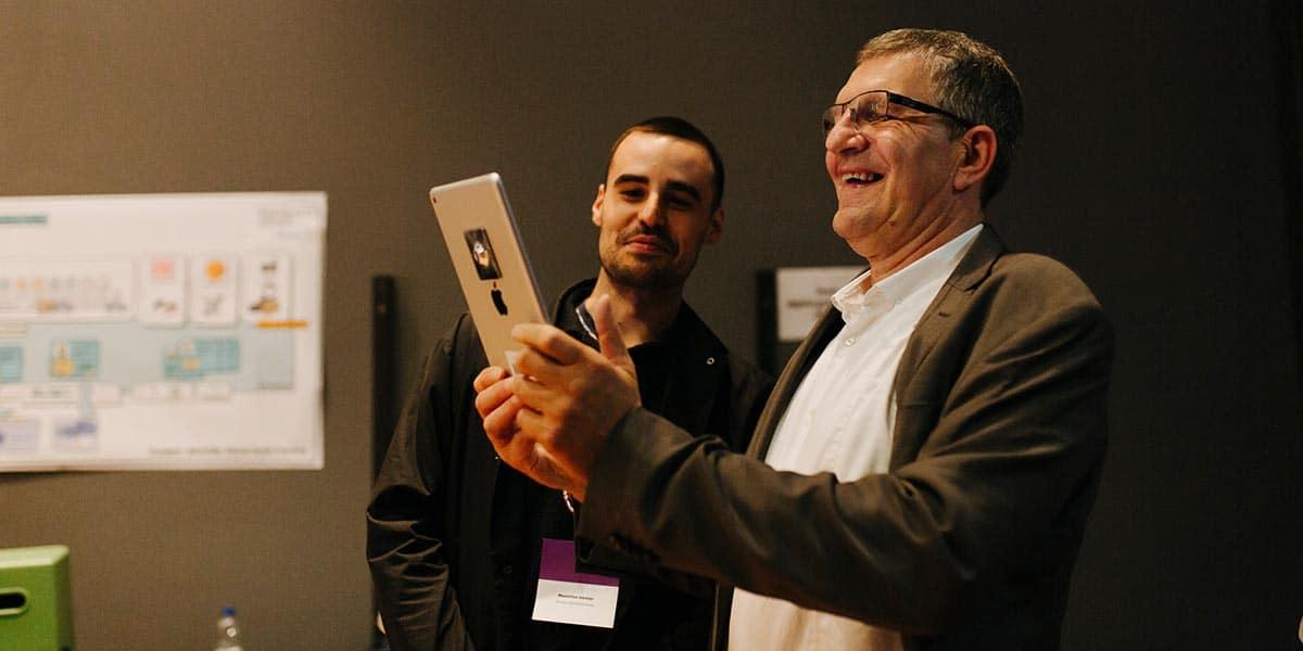 Auch Egbert Rühl (rechts), Geschäftsführer der Hamburg Kreativ Gesellschaft, zeigte sich von der AR-Anwendung begeistert.