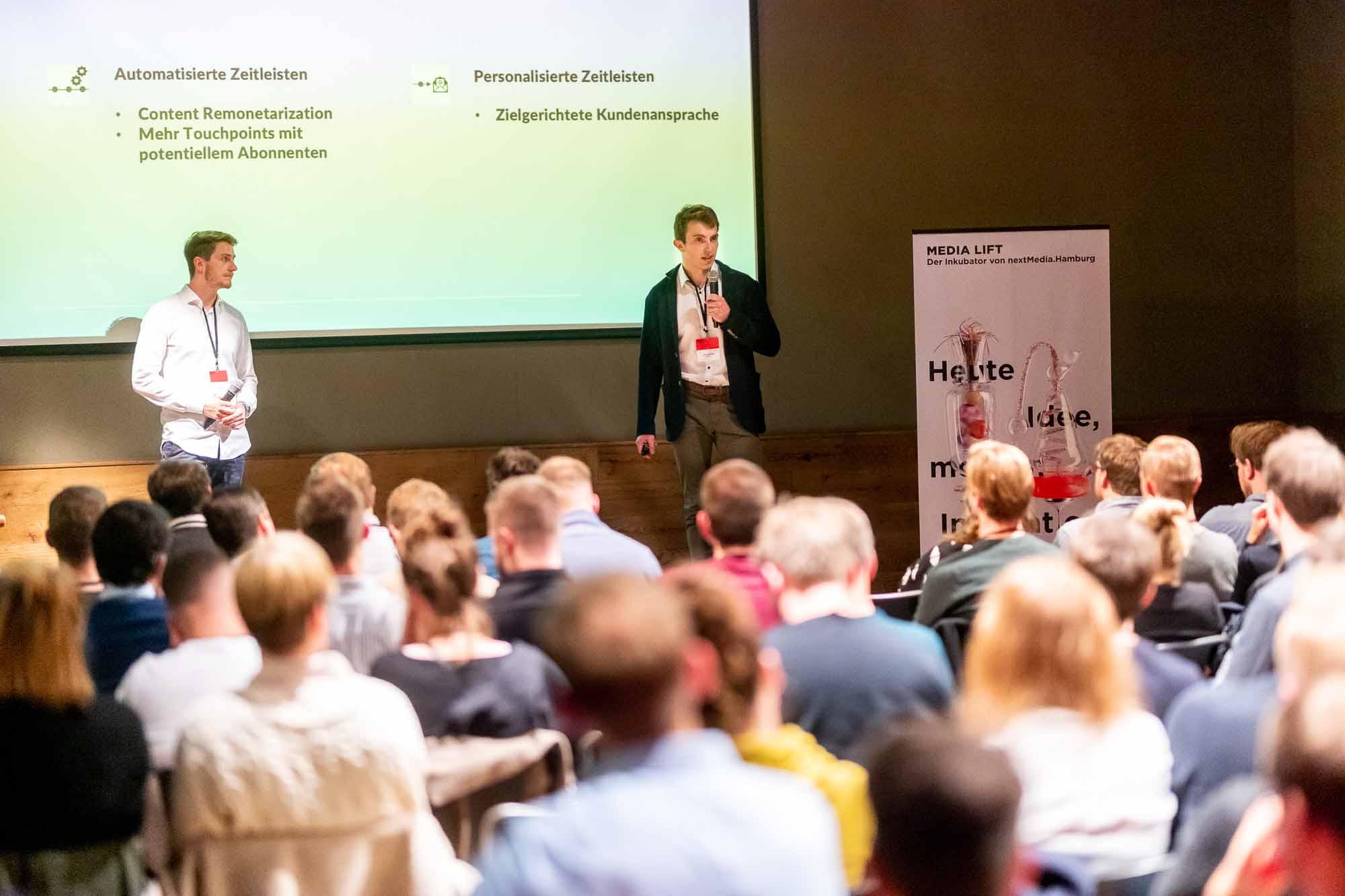Mithilfe von KI automatisierte Zeitleisten erstellen: Alexander Both (rechts) und Daniel Nikola von NewsSeam schaffen so ganzheitliche Informationen zu komplexen Themen.