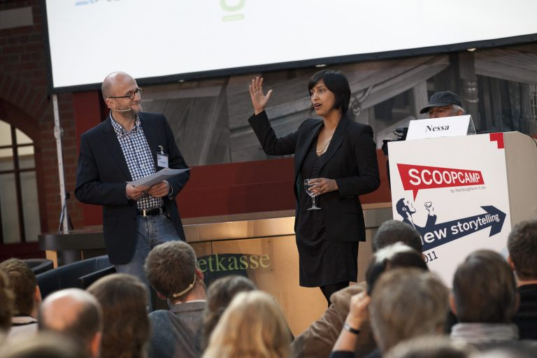 Moderator Meinolf Ellers (dpa-infocom) mit der Keynote-Speakerin Shazna Nessa (The Associated Press)