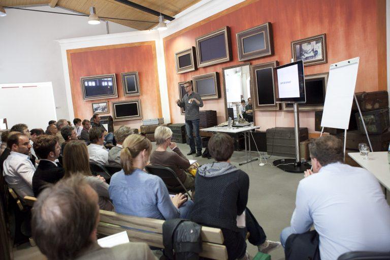 Volles Haus auch bei Mirko Lorenz (Deutsche Welle) im Workshop zum Thema Datenjournalismus - lohnt der Aufwand