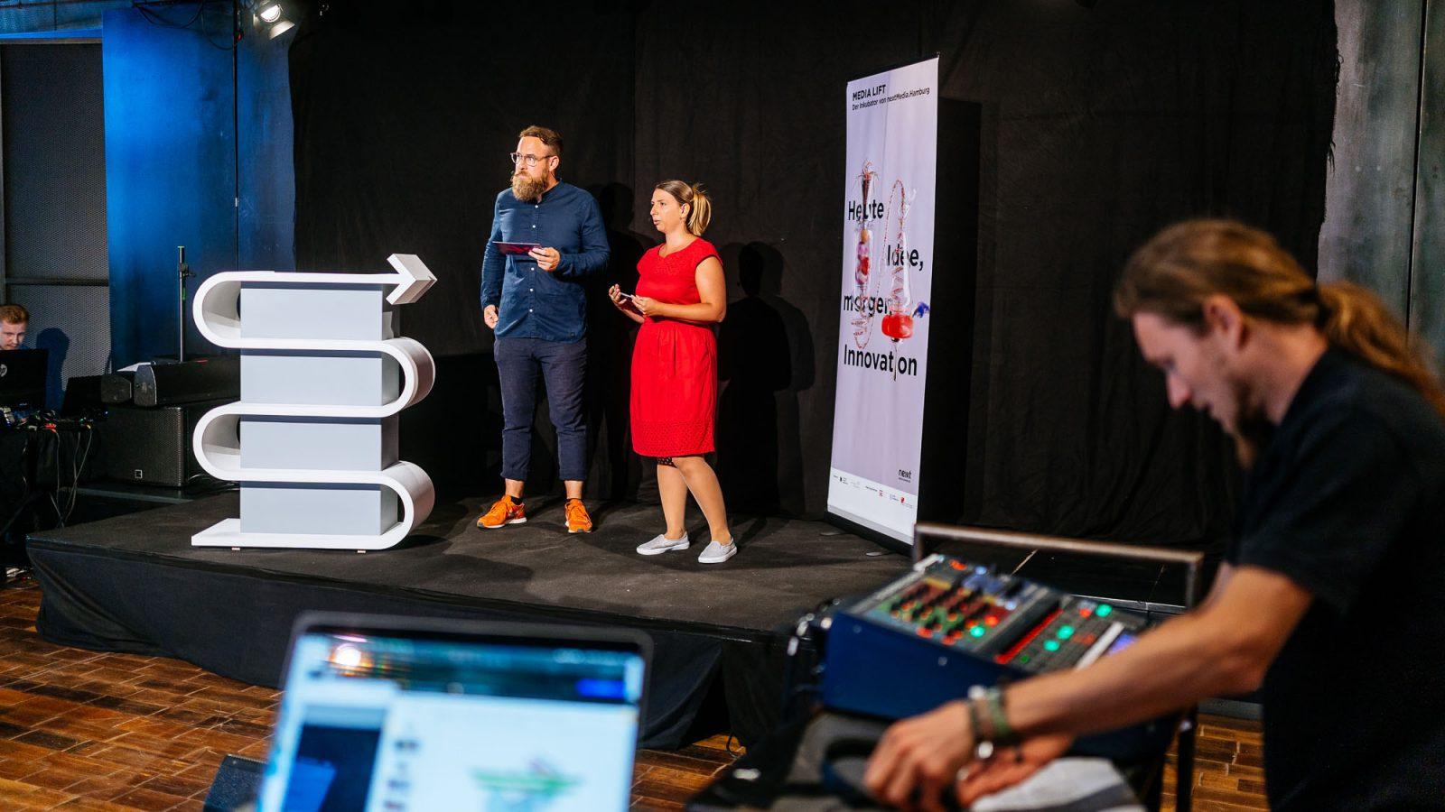 Die Programmmanger*innen Cigdem und Bastian führten als Moderator*innen durch den Abend.