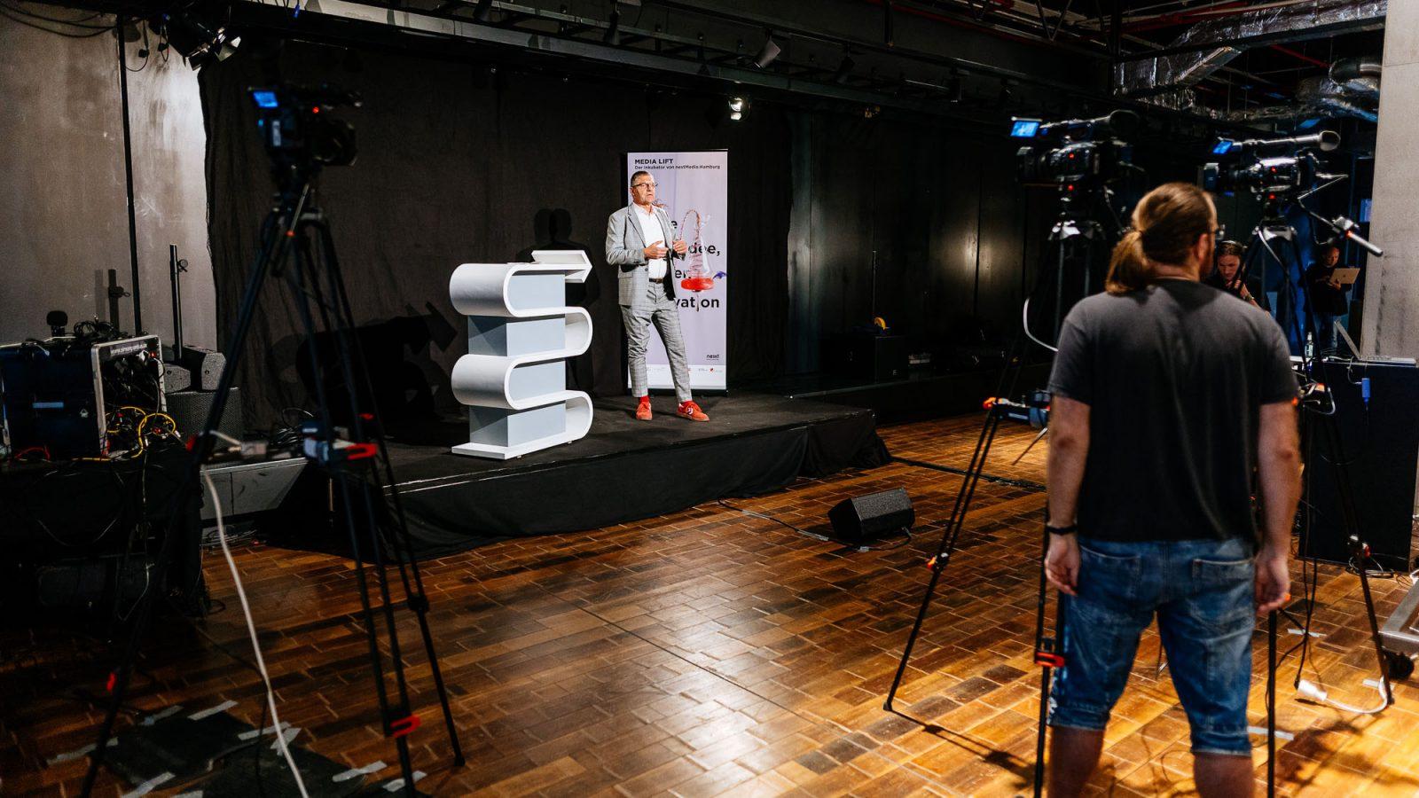 Egbert Rühl, Geschäftsführer der Hamburg Kreativ Gesellschaft, bei seiner Rede.