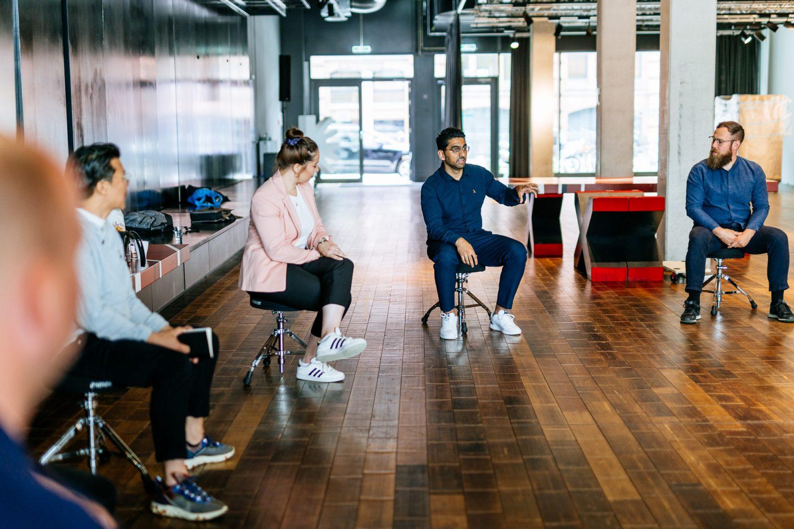 Die beiden hoλos-Gründer*innen Marie König und Mohamad Hamed Jalalzada beim MEDIA LIFT-Coaching.