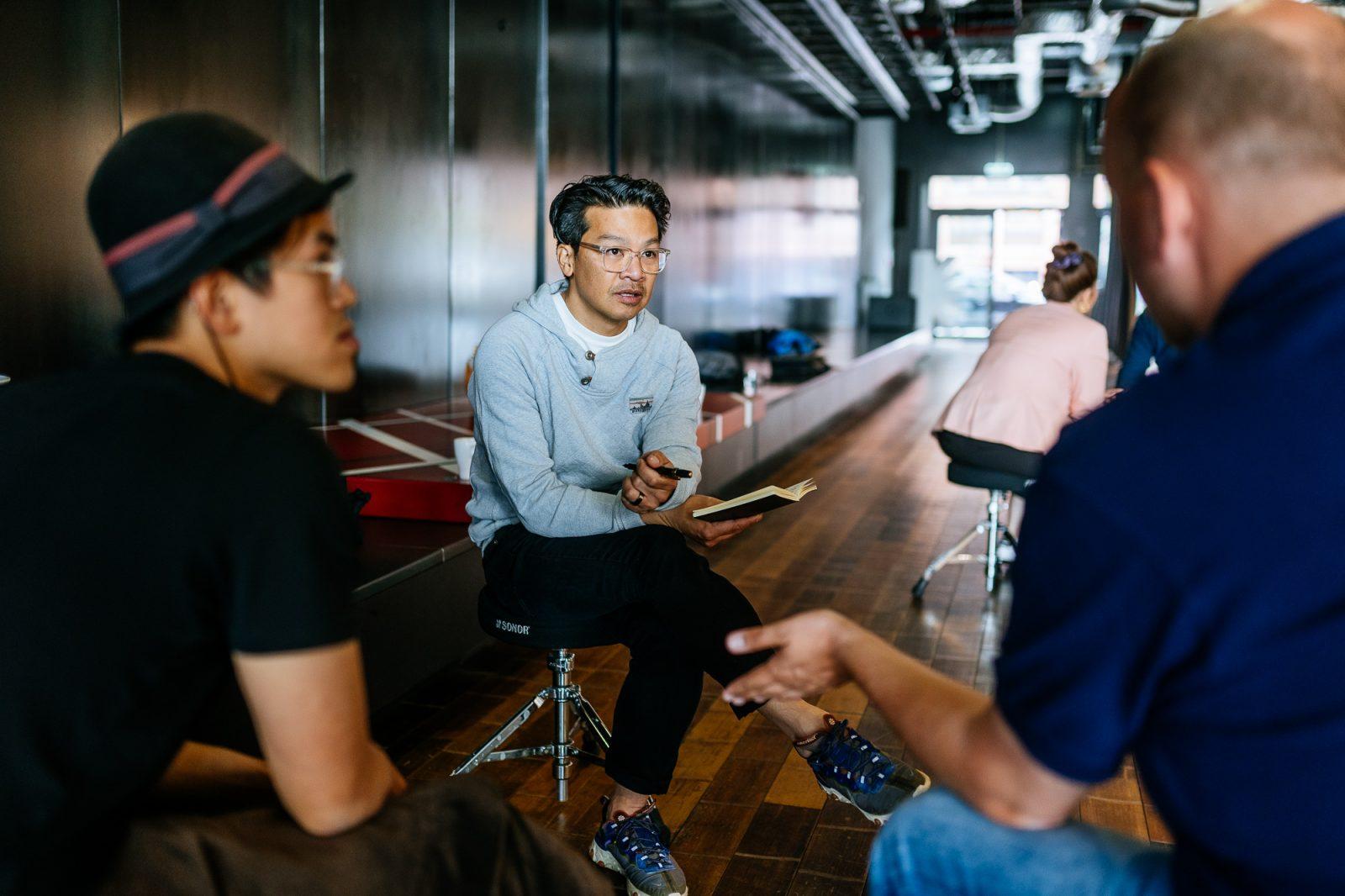 Die Hello World-Gründer Jeremy Tai Abbett, Alexander Höpker und Tungi Dang bei einem MEDIA LIFT Workshop mit Lars Hartenstein.