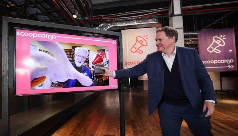 Dr. Carsten Brosda überreicht Jeff Jarvis auf digitalem Wege den scoop Award. Foto: Christian Charisius.